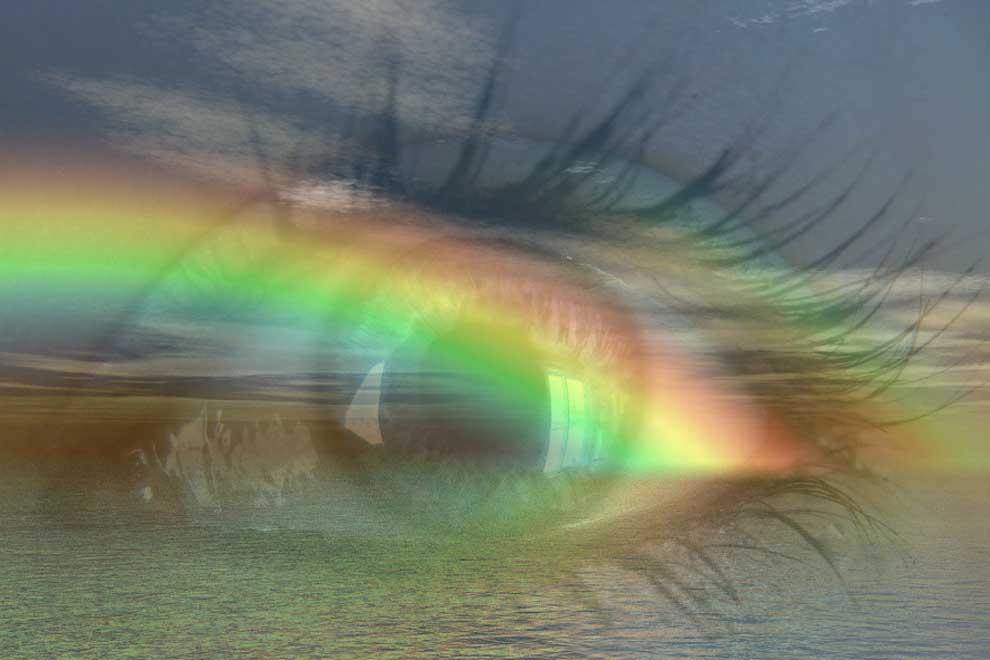 Цветные радужные лучи уходят за горизонт водной глади