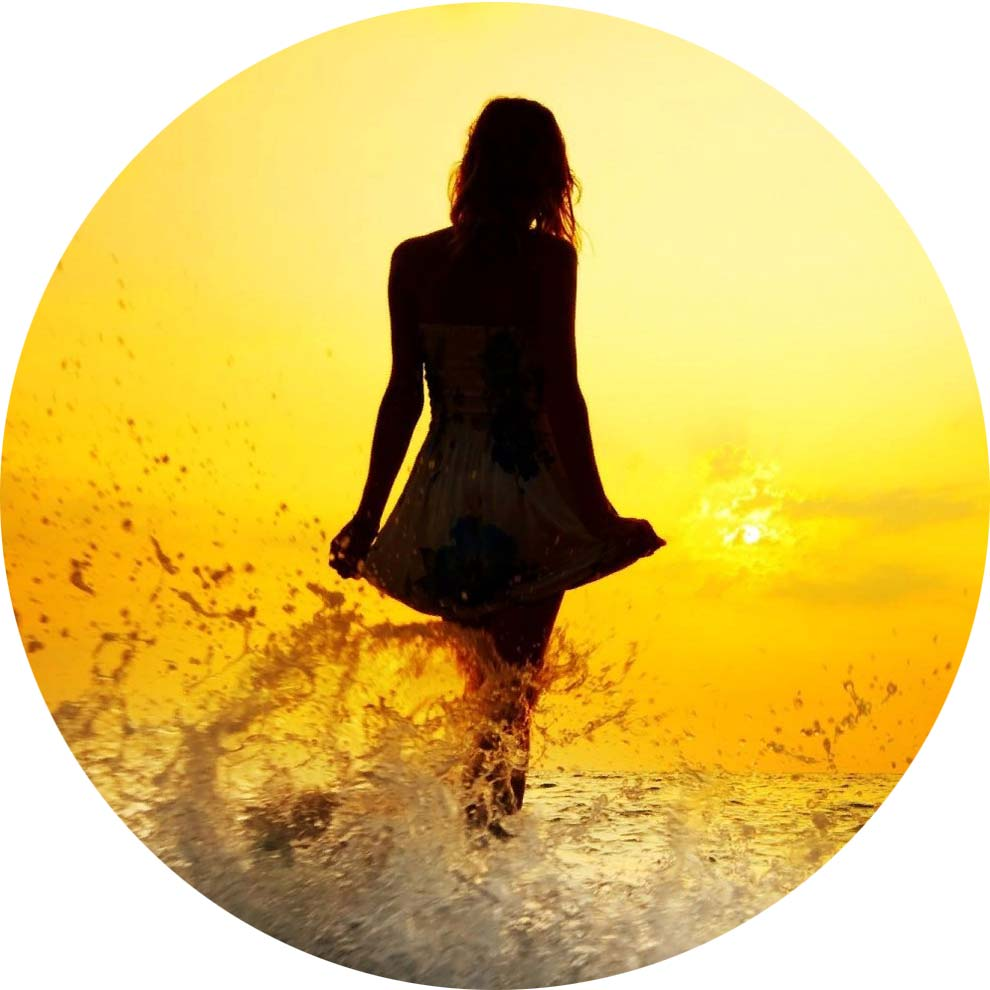 Фото на Аву со смыслом, прогулка по берегу моря на закате солнца