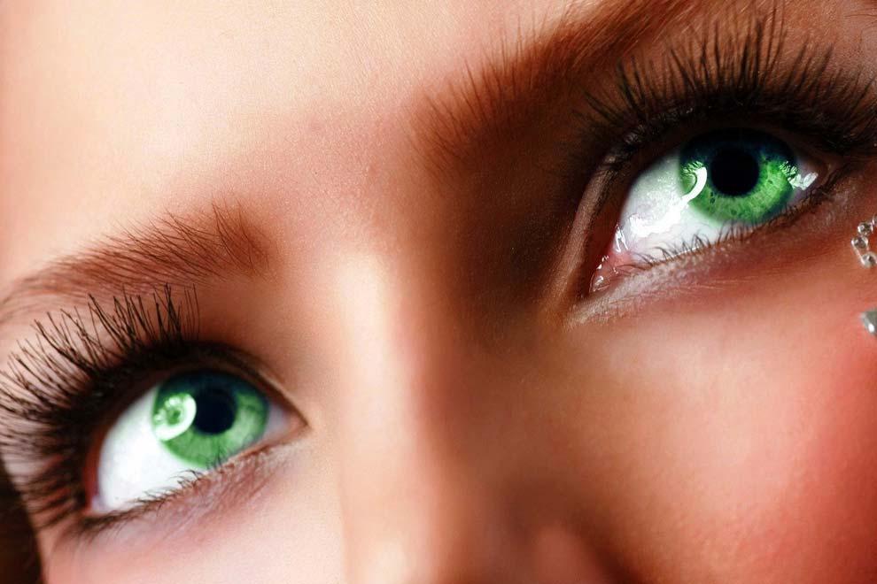Зеленые женские глаза смотрящие ввысь