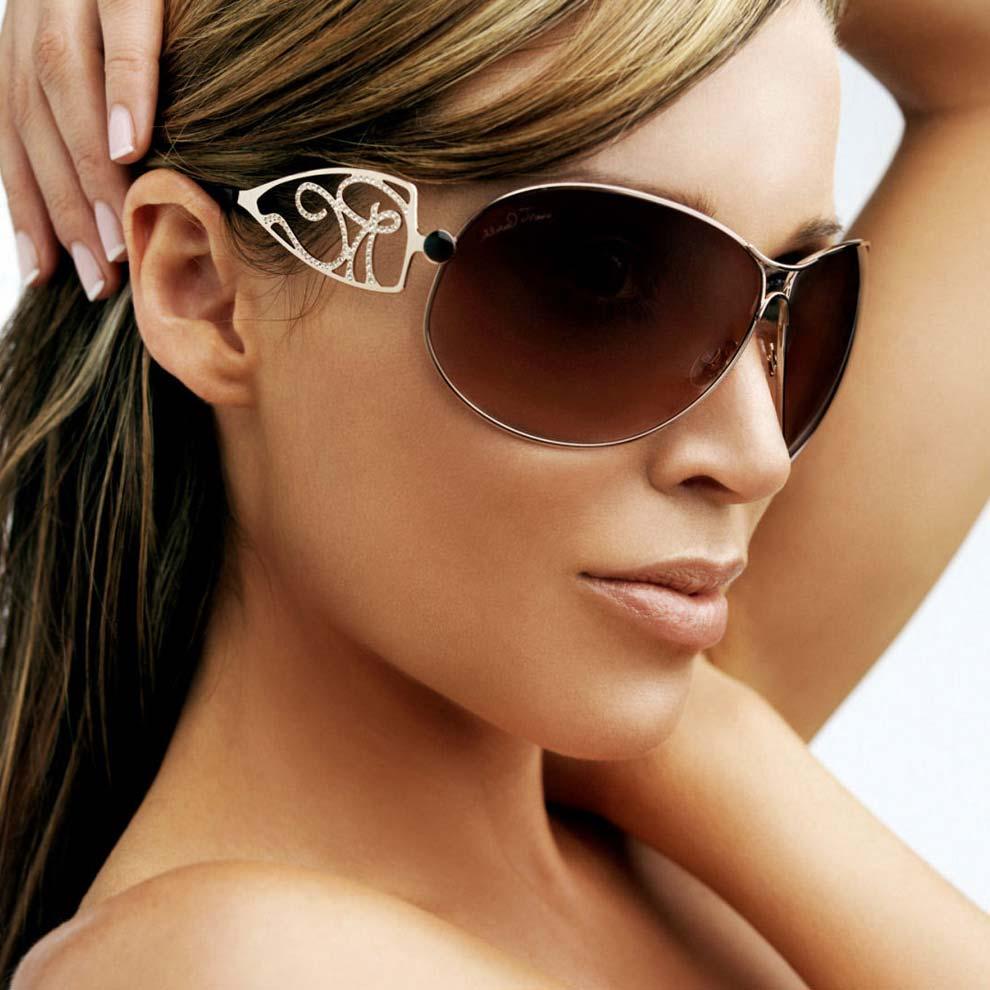 Длинные волосы, солнцезащитные очки, темная кожа и прекрасные черты лица