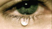 Что делать, если сильно слезятся глаза в домашних условиях